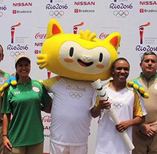 СПУТНИК_Факелоносцы ОИ-2016 фотографировались с символом Игр на церемонии в Рио