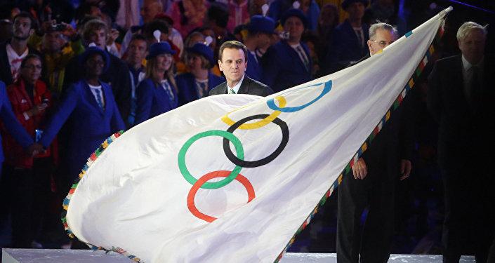 Мэр Рио-де-Жанейро Эдуарду Паэш  с олимпийским флагом