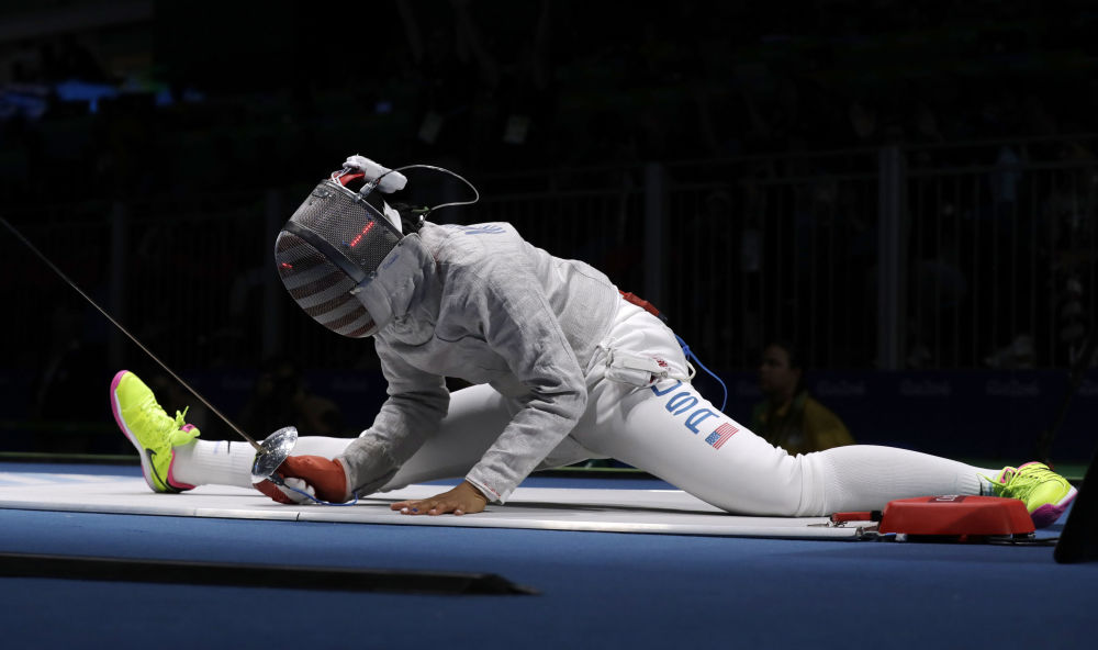 Фехтовальщица Ибтихадж Мухаммад из США после падения на XXXI летних Олимпийских играх в Рио-де-Жанейро