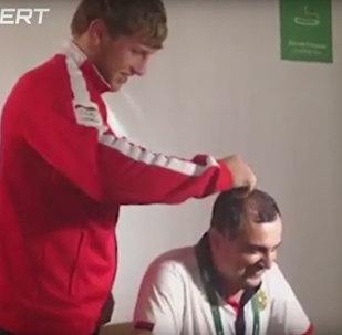 Видео из Рио. Олимпийский чемпион побрил налысо комментатора