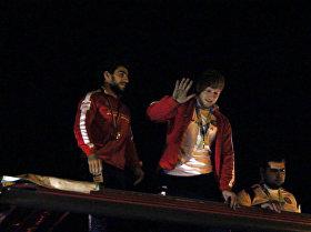 Олимпийские призеры Армении в окружении восторженных болельщиков возвращаются домой