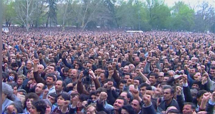 Ми-а-цум: выступление Тельмана Гдляна на площади Свободы во время митинга о независимости 1990 года - архивные кадры