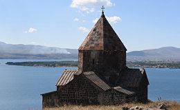 Настоятель монастыря Севанаванк рассказывает о двух исторических церквах, расположенных на полуострове