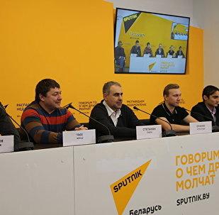 Видеомост Ереван-Минск с участием хоккейного клуба Арарат состоялся в пресс-центре Sputnik Армения