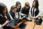 Школьники с ноутбуками и планшетами