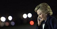 Хиллари Клинтон говорит по телефону