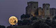 Луна поднимается за замком Альмодовар в Кордове (Испания)