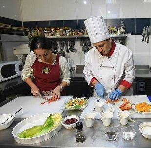 В гостях у шеф-повара: как приготовить тыквенный суп и салат к нему