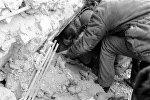 Спасатели освобождают из-под завалов пострадавших при землетрясении