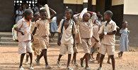 Ученики начальной школы в Кот д'Ивуаре, построенной швейцарской компанией Nestle