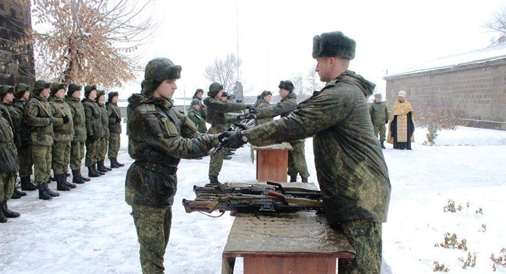 Новобранцы российской базы в Армении получили современные образцы оружия