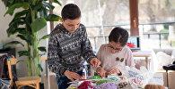 Кафе #2 в Дилижане. Размик и Медеа Ованнисяны готовят игрушки на Новый год