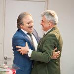 Казбек Кудзаев и Аршак Мирзоян дружат 30 лет. Они вместе из Кургана приехали в Армению, узнав о трагедии.