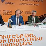 Кудзаев подарил редакции Sputnik Армения куклу осетинской красавицы, шутливо посоветовав коллеге - пластическому хирургу Артавазду, взять этот образ себе на вооружение.