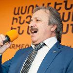 Кудзаев посвятил присутствующим песню Розенбаума Вечерняя застольная, которую он исполнил акапельно.