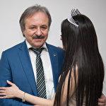 Кудзаев с пациенткой Ириной, которая не пожелала показывать свое лицо.