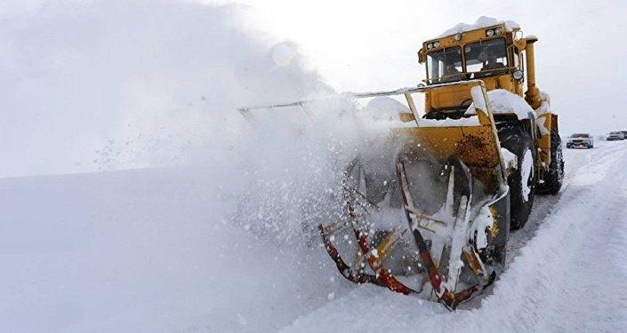 Работы по очистке от снега на Военно-грузинской дороге