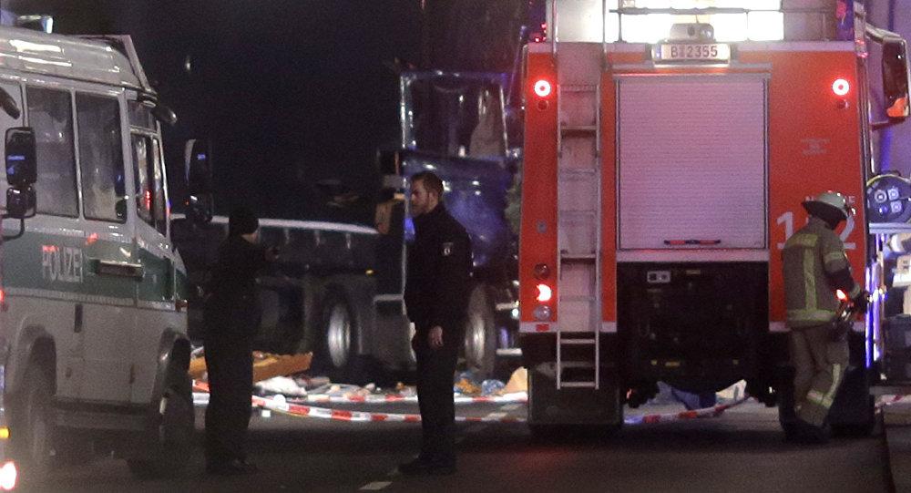 Полицейские стоят неподалеку от места, где грузовик врезался в людей, находившихся на рождественской ярмарке в Берлине