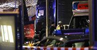 Полицейские и спасатели у грузовика, который врезался в людей у рождественской ярмарки в Берлине