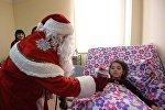 Корреспонденты Sputnik Армения вместе с Дедом Морозом посетили детей в больнице