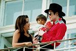 Майкл Джексон и Лиза Мари с Белой Фаркашем в 1994 году