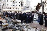 Киликийский Католикос Армянской Апостольской церкви Арам I Кешишян у развалин церкви в Алеппо