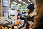 Покупатели в магазине в преддверии Нового года