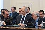 Постоянный представитель Сирии при ООН и глава делегации правительства Сирии Башар аль-Джафари (в центре)