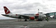 На стоянке у международного терминала аэропорта Толмачево - самолет Airbus-319 авиакомпании Чешские аэролинии ( CSA Czech Airlines)