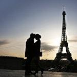 Что может быть романтичнее поцелуя у Эйфелевой башни