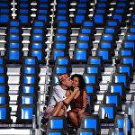 Молодой человек целует свою возлюбленную во время Олимпийских игр в Бразилии