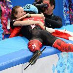 Канадский спортсмен обнимает свою подругу после победы в Олимпийских играх в Сочи