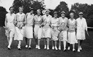 Ида Адамова (вторая справа) с участницами Уимблдонского турнира, 1931 год