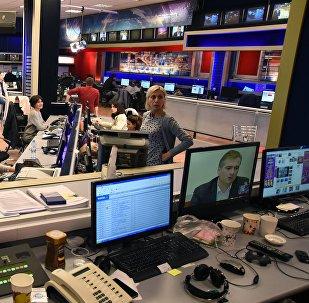 Журналисты работают в ньюсруме телекомпании Рустави 2