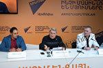 Рекордсмены Артем Солоян и Николай Мадоян и их представитель Вардан Товмасян в пресс-центре Sputnik Армения