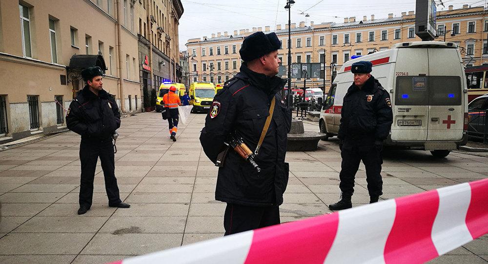 Петербуржцы возлагают цветы кметро, где был совершен теракт