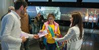В аэропорту Звартноц женщин встретили с цветами