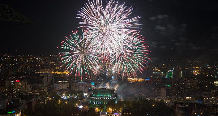 Праздничный салют ко Дню независимости Армении