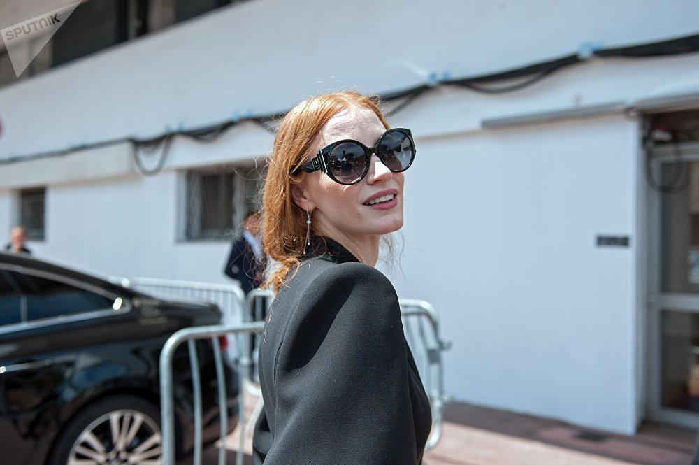 Джессика Честейн. 70-й Каннский кинофестиваль Встреча с Чейстейн была столь же неожиданной. Она вышла из машины и перед тем, как зайти во Дворец фестивалей, с удовольствием улыбнулась на камеру.