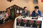 Телеведущий Авет Барсегян и главный дирижер Государственного молодежного оркестра Армении Сергей Смбатян