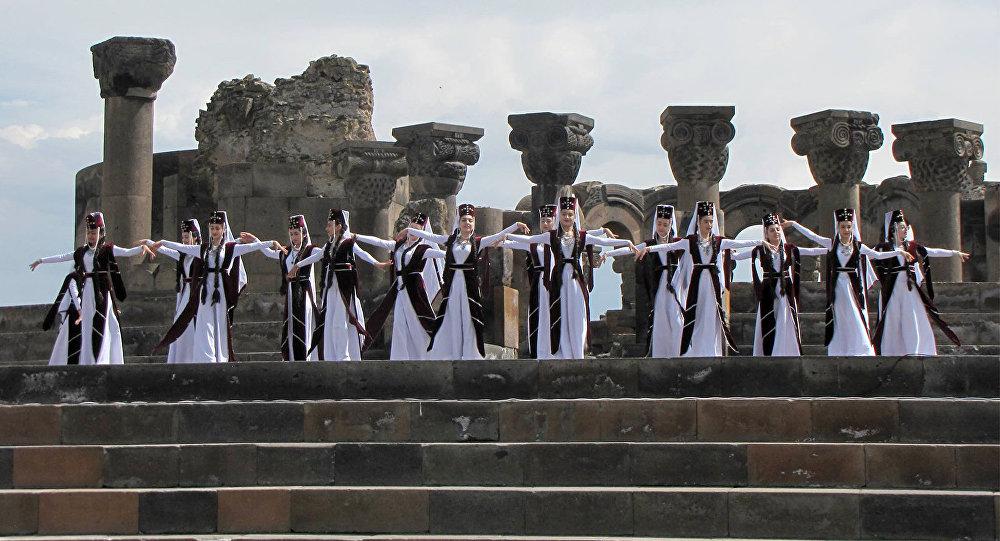 Международный день защиты детей у храма Звартноц