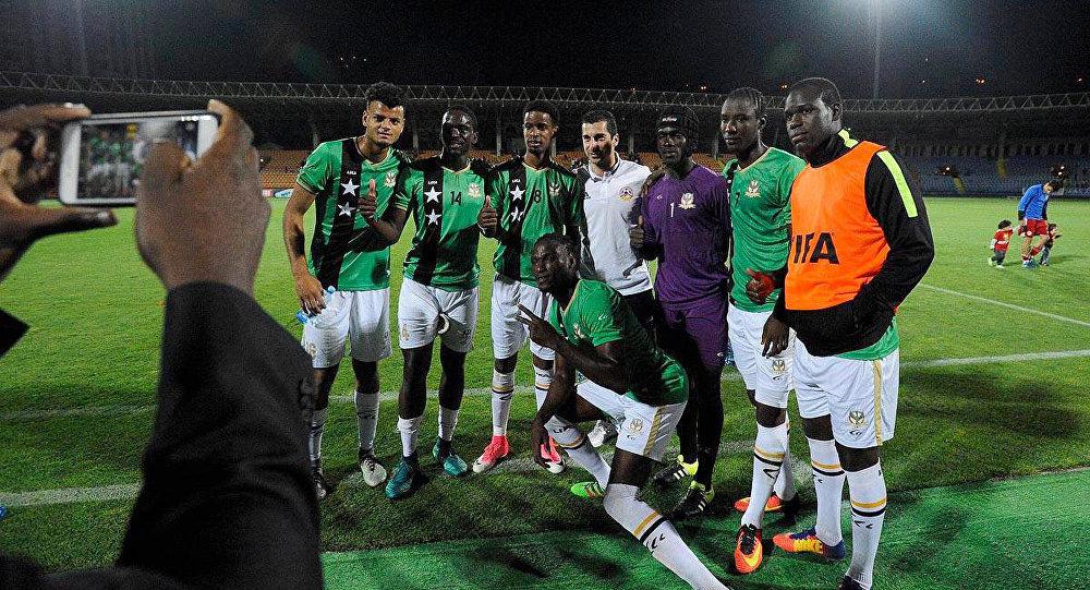 Футболисты команды сборной Сент-Китс и Невиса фотографируюся с Генрихом Мхитаряном