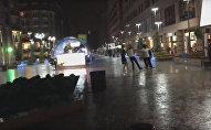 Молодые люди танцют под дождем
