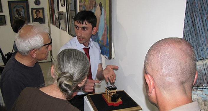 Валерик Назаретян изготавливает музыкальные инструменты из бумаги
