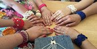 Воспитанники центра Мегвик плетут макраме