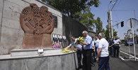 Друзья и коллеги почтили память погибших при захвате полка ППС полицейских