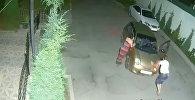 Ударили Матизом машину во дворе и уехали — кадры с камеры наблюдения