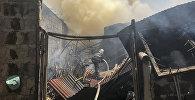 Сотрудники МЧС тушат пожар