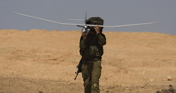 Израильский солдат с израильским беспилотником во время военных учений