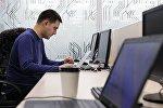 Мужчина в кабинете бизнес-инкубатора в технопарке в сфере высоких технологий
